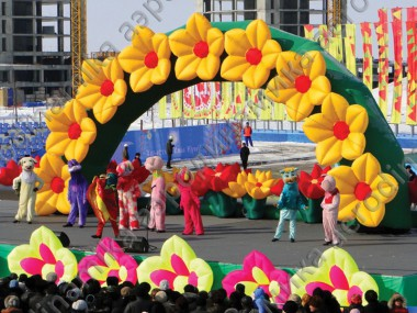 Show decoration with inflatable arch with flowers
