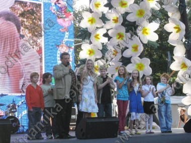 """Ералаш"" event decorated with inflatable flower garlands"