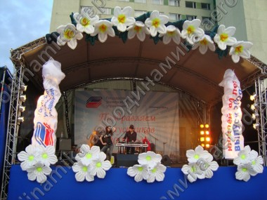 Stage decorated with inflatable flowers and garlands