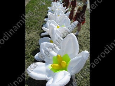 Inflatable flower garland