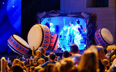 Inflatable drums for crowd interaction