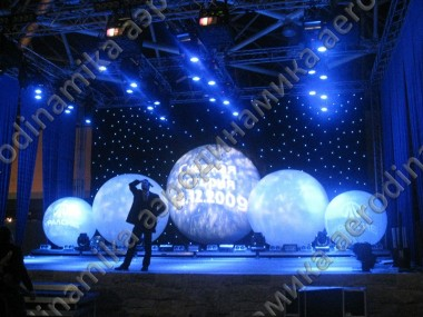 Inflatable sphere with external projection as a stage decor